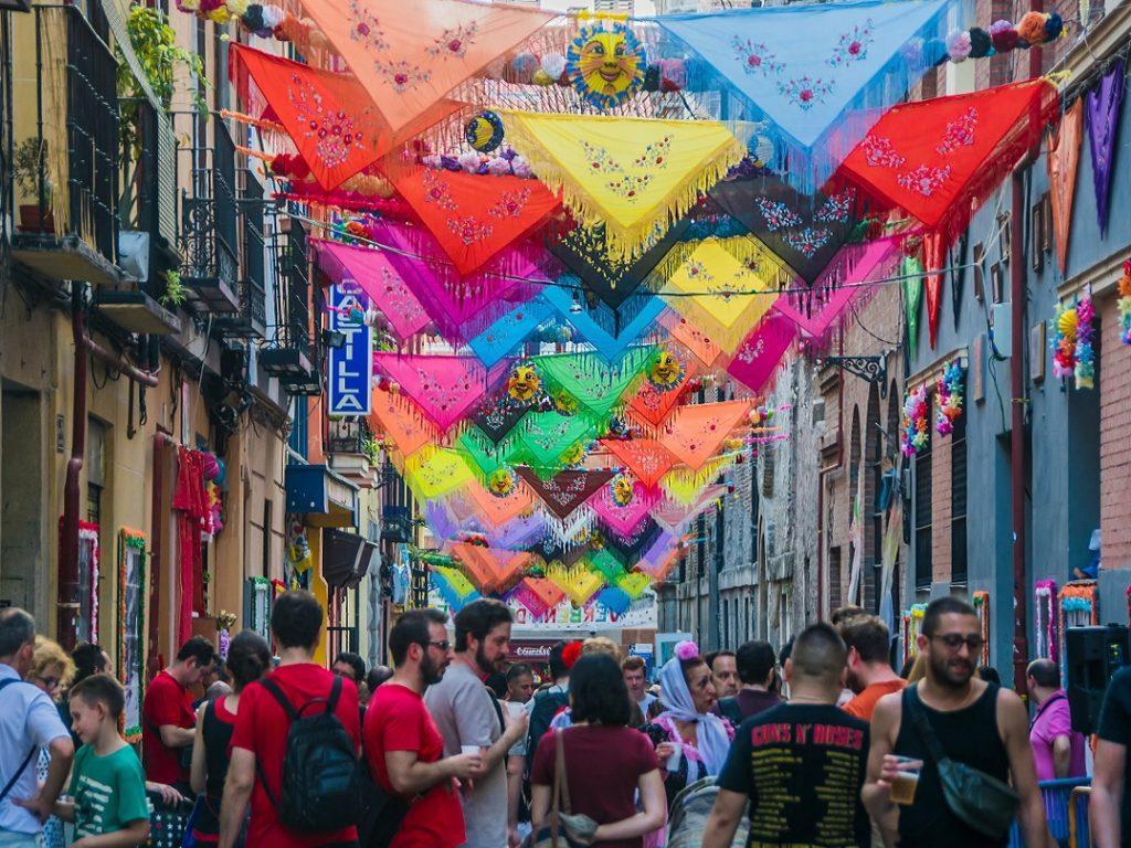 fiestas-de-san-cayetano-calle-del-oso-lavapies-embajadores-madrid-barrios-1024x768